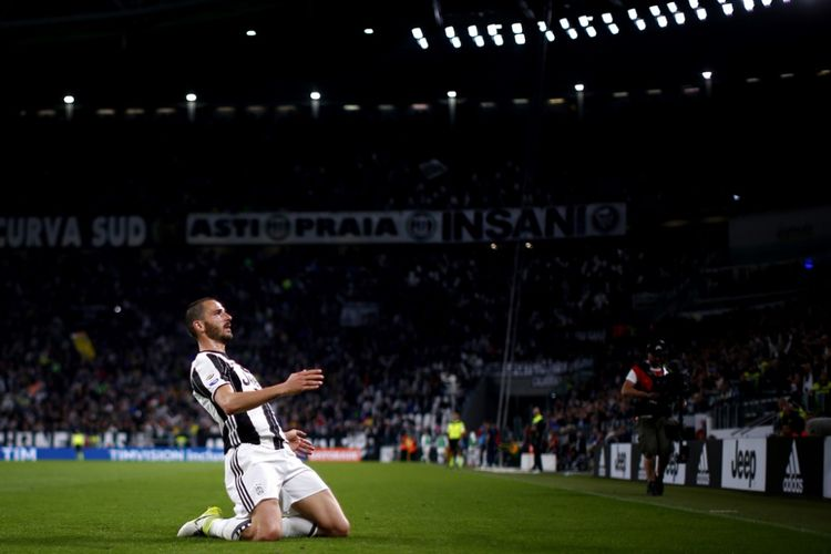 Leonardo Bonucci merayakan gol Juventus ke gawang Genoa pada partai lanjutan Serie A - kasta teratas Liga Italia - di Turin, Minggu (23/4/2017).