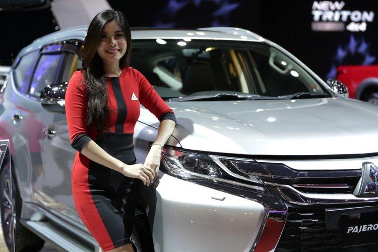 Sales promotion girl berpose di samping Mitsubishi Pajero Sport saat ajang Indonesia International Motor Show (IIMS) 2017 di JI Expo, Kemayoran, Jakarta, Jumat (28/4/2017).