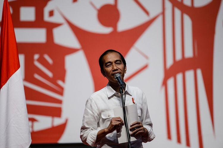 Presiden Joko Widodo berbicara saat menemui tenaga kerja Indonesia (TKI) di Asia World Expo Ground, Hongkong, Minggu (30/4/2017). Presiden menggelar kunjungan kerja di Hongkong pada 30 April hingga 1 Mei dalam rangka meningkatkan kerja sama ekonomi antar-kedua negara