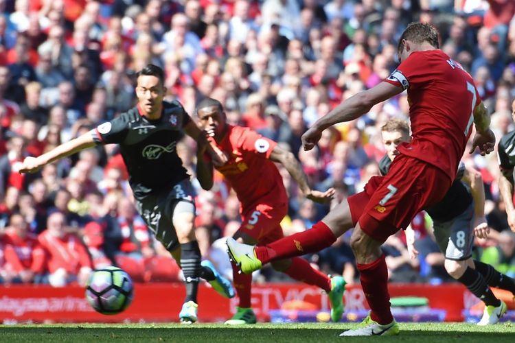 James Milner gagal mengeksekusi penalti saat Liverpool ditahan Southampton pada partai lanjutan Premier League - kasta teratas Liga Inggris - di Stadion Anfield, Minggu (7/5/2017).