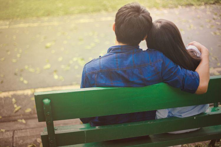 Pasangan berkencan di taman