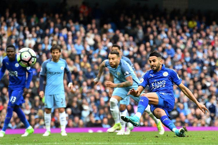 Riyad Mahrez (26) gagal mengeksekusi penalti saat Manchester City melawan Leicester City pada partai lanjutan Premier League - kasta pertama Liga Inggris - di Stadion Etihad, Sabtu (13/5/2017).