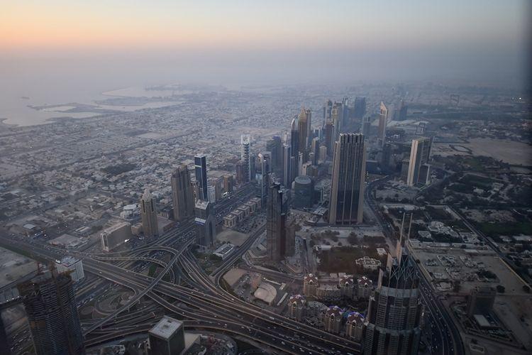Pemandangan Kota Dubai, Uni Emirat Arab, diambil dari lantai atas Gedung Burj Khalifa, Selasa (16/5/2017). Bangunan dengan ketinggian mencapai 828 meter itu memiliki dek observasi tertinggi di dunia yang dapat melihat pemandangan Dubai secara 360 derajat.