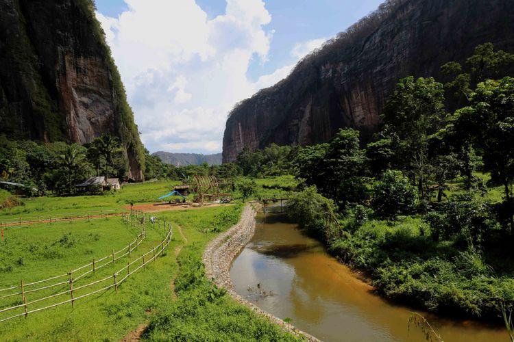 Lembah Harau di Kabupaten Lima Puluh Kota, Sumatera Barat.