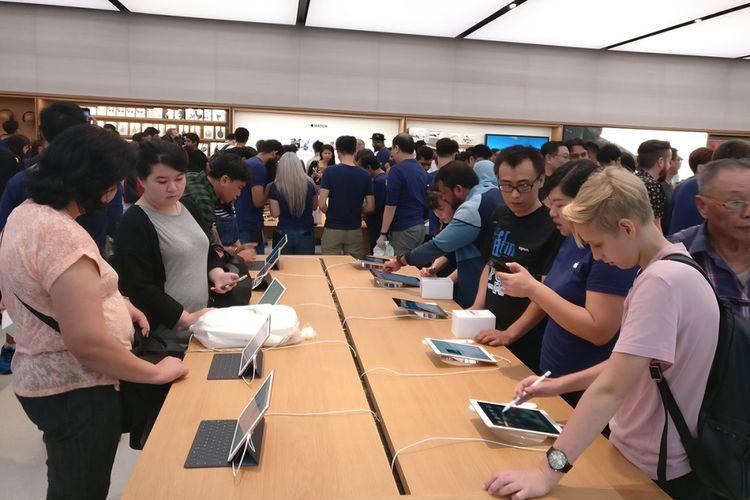 Pengunjung menjajal tablet iPad di Apple Store Singapura, saat resmi dibuka Sabtu (27/5/2017).