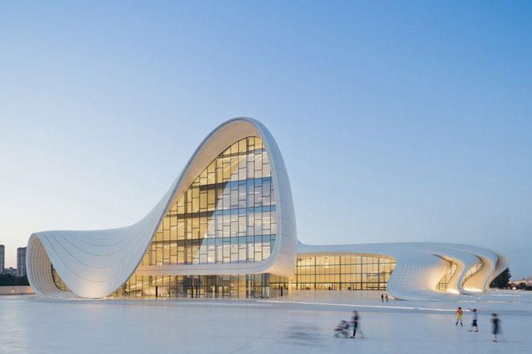 Heydar Aliyev Centre, di Azerbaijan, Eropa Timur. Bangunan ini merupakan salah satu karya arsitek wanita berpengaruh Zaha Hadid.