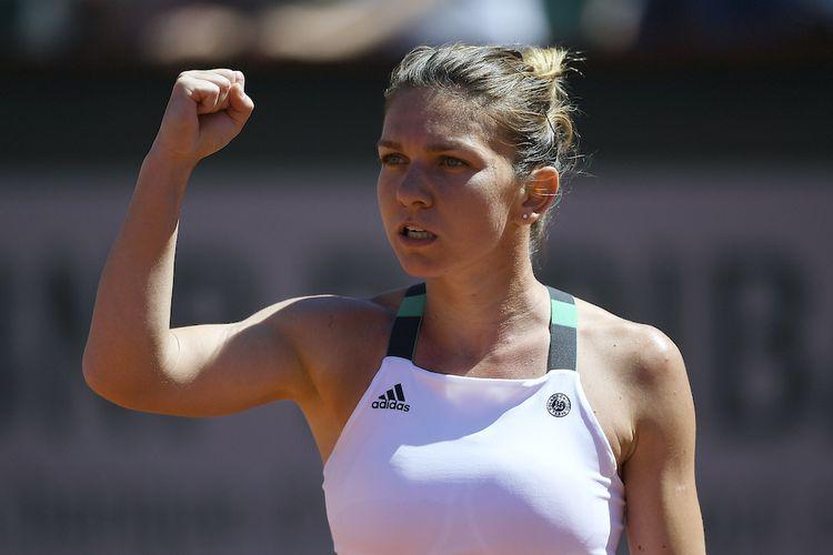 Petenis Rumanis, Simona Halep, bereaksi setelah meraih poin atas Jelena Ostapenko dari Latvia saat keduanya bertemu pada laga final Perancis Terbuka (Roland Garros) di Paris, Sabtu (10/6/2017).