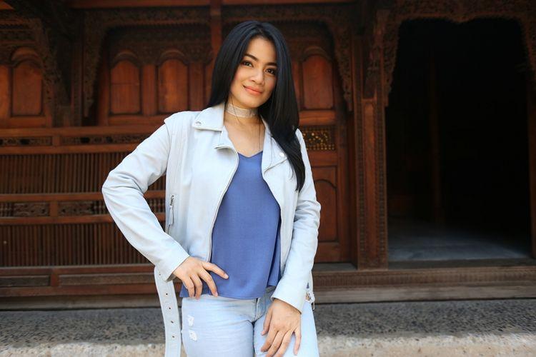 Titi Kamal, pemain film Insya Allah, Sah!, menjalani pemotretan di Bentara Budaya Jakarta (BBJ) sebelum berkunjung ke Redaksi Kompas.com di Palmerah Selatan, Jakarta Pusat, Senin (19/6/2017). Ia sedanhg mempromosikan film komedi terbaru yang dibintanginya tersebut, yang dijadwalkan dirilis pada 25 Juni 2017.