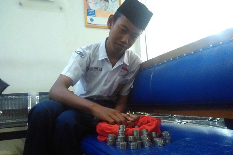 Eka Duta Prasetya (15) remaja asal Desa Ngadirejo, Kecamatan Secang, Kabupaten Magelang, yang mendaftar sekolah pakai uang receh hasil tabungannya sejak kelas 6 SD, Rabu (21/6/2017).
