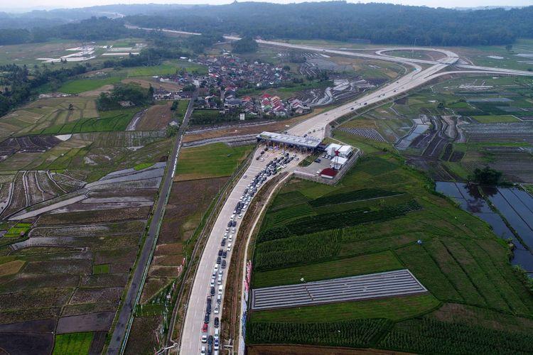 Kendaraan pemudik terpantau ramai keluar di Gerbang Tol Salatiga, Salatiga, Jawa Tengah, Rabu (21/6/2017). Pemudik berasal dari Jalan Tol Bawen-Salatiga yang sudah difungsionalkan pada H-7.