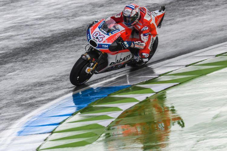 Pebalap Ducati Team asal Italia, Andrea Dovizioso, memacu motornya pada sesi latihan bebas ketiga GP Belanda di Sirkuit Assen, Sabtu (24/6/2017).