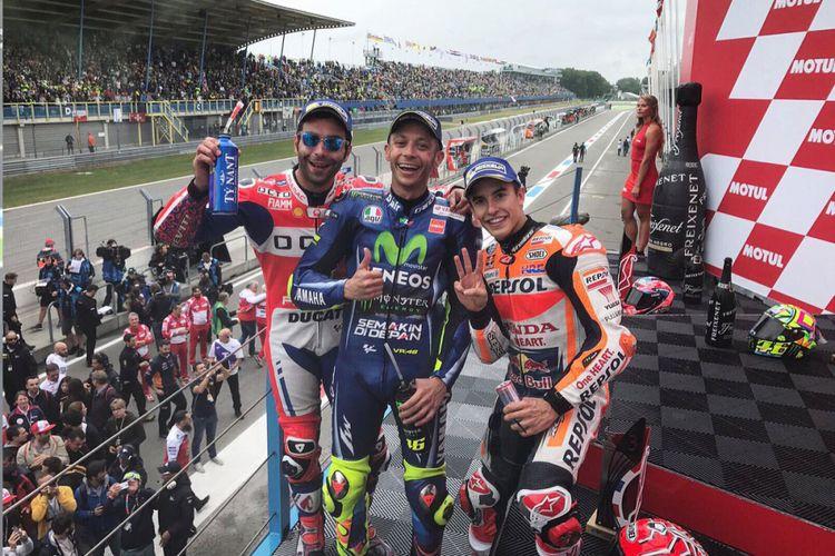 Andrea Dovizioso, Valentino Rossi dan Marc MArquez di podium Assen, Minggu (25/6/2017).