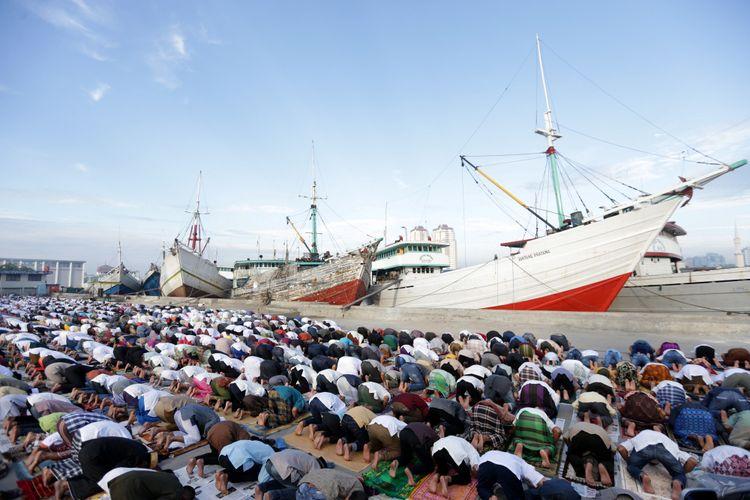 Umat muslim menunaikan Shalat Idul Fitri 1438 Hijriah di Pelabuhan Sunda Kelapa, Minggu (25/6/2017). Pemerintah menetapkan 1 Syawal 1438 Hijriah atau Idul Fitri jatuh pada hari ini. KOMPAS IMAGES/KRISTIANTO PURNOMO