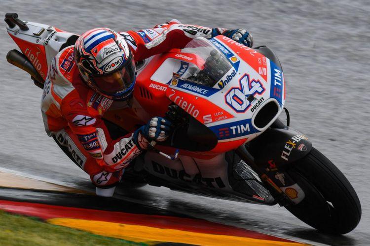 Pebalap Ducati Team asal Italia, Andrea Dovizioso, memacu motornya pada sesi latihan bebas kedua GP Jerman di Sachsenring, Jumat (30/6/2017).