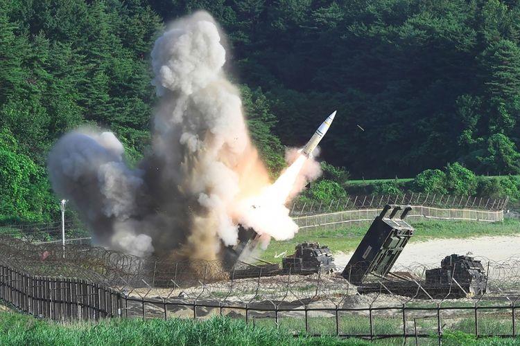 Foto handout ini dirilis oleh Kemenhan Korea Selatan yang menunjukkan sistem pertahanan M270 menembakkan sebuah misil taktis MGM-140 ke arah Laut Jepang (Laut Timur), dari sebuah lokasi yang tidak diketahui di pantai timur Korea Selatan, Rabu (5/7/2017). Peluncuran itu dilakukan Korea Selatan dan Amerika Serikat sebagai respons peluncuran misil balisktik antarbenua yang dilakukan Korea Utara pada Selasa, 4 Juli kemarin.