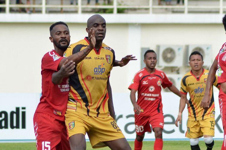 Gelandang Mitra Kukar, Sissoko, dijaga oleh pemain Semen Padang, Didier Zokora.