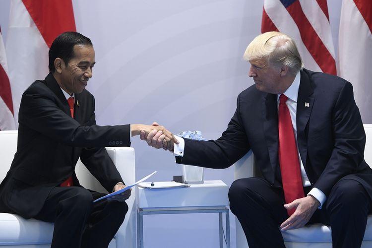 Presiden AS Donald Trump (kanan) dan Presiden Indonesia Joko Widodo bersalaman saat mengadakan pertemuan bilateral di sela KTT G20 di Hamburg, Jerman, Sabtu (8/7/2017). Sebelumnya, Presiden Joko Widodo menjadi pembicara pada Leaders Retreat KTT G20 atau G20 sesi I mengenai terorisme, Jumat 7 Juli siang waktu setempat.