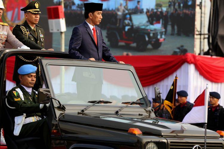 Presiden Joko Widodo meninjau pasukan saat upacara di Lapangan Silang Monas, Jakarta Pusat, Senin (10/7/2017). Upacara peringatan hari ulang tahun ke-71 Bhayangkara melibatkan 2.408 personel gabungan dari Polri, TNI, instansi terkait, hingga organisasi Pramuka.