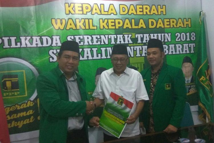 Bupati Kabupaten Kayong Utara, Hildi Hamid (Baju Putih) saat melakukan pendaftaran di kantor DPW PPP Kalbar (11/7/2017)