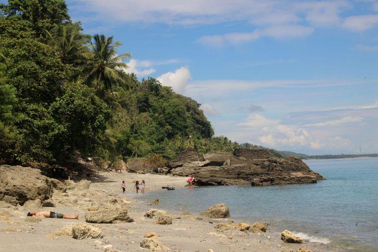 Pengunjung menikmati wisata di Pantai Fatu Mapida, Desa Enu, Kecamatan Sindue, Kabupaten Donggala, Sulawesi Tengah, Sabtu (25/6/2016). Bebatuan di dasar laut dangkal di objek wisata itu menjadi kekhasan tersendiri.  Kompas/Videlis Jemali (VDL) 25-06-2016