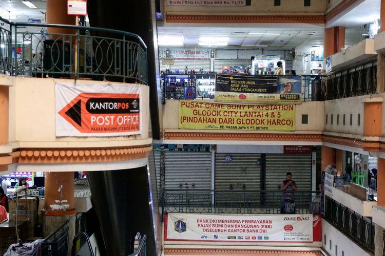 Aktivitas perdagangan pusat perbelanjaan di Plaza Elektronik, Glodok, Jakarta barat, Rabu (14/7/2017). Meskipun perdagangan berjalan normal, kian hari pasar ini semakin sepi pembeli. Bahkan beberapa kios sudah beralih fungsi menjadi gudang untuk menyimpan dagangan.