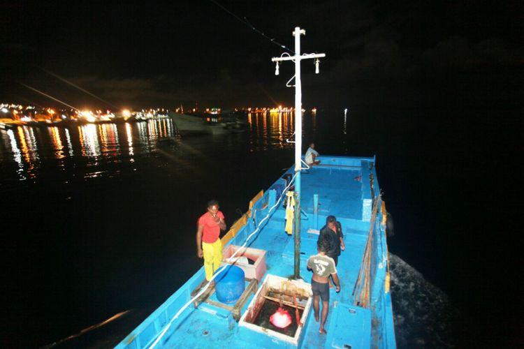Nelayan Ternate berangkat melaut dini hari menuju perairan dekat Pulau Hiri, Maluku.