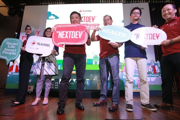 Dirut telkomsel, Ririek Adriansyah (depan) dalam acara peluncuran The NextDev 2017 di Jakarta, Jumat (14/72017).