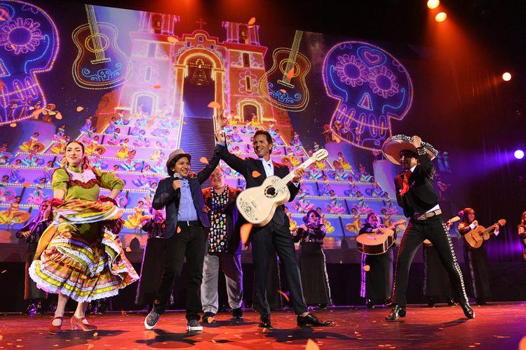 Aktor Anthony Gonzalez dan Benjamin Brett membawakan lagu dari film Coco yang mereka bintangi pada salah satu sesi D23 Expo 2017 di Anaheim, California, Jumat (14/7/2017).