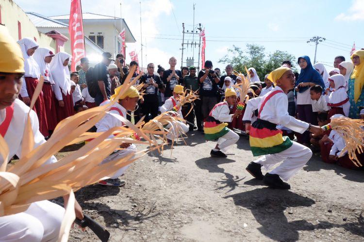 Tim Terios 7-Wonders disambut tarian soya soya di Ternate sebelum memulai perjalanannya di Maluku.