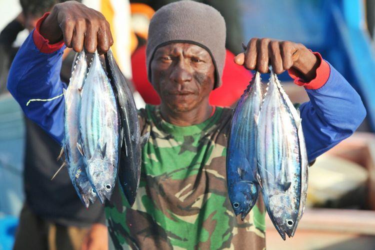 Tim Terios 7-Wonders mencari tahu mitos hujan cakalang di Ternate, Maluku Utara. Ikan-ikan berjatuhan di kapal setelah ditangkap secara tradisional.