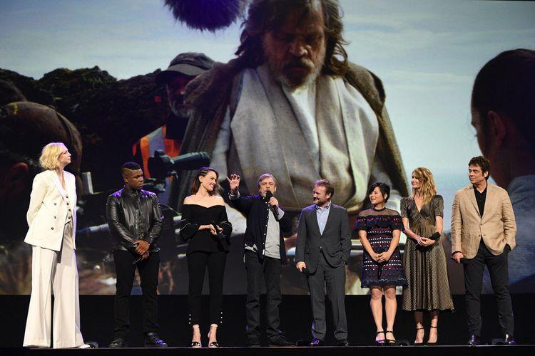 Para bintang Star Wars: The Last Jedi, (dari kiri ke kanan), Gwendoline Christie, David Boyega, Daisy Ridley, Mark Hamill, Rian Johnson, Kelly Mary Tran, Laura Dern, dan Benicio Del Toro, menyapa para fans di D23 Expo, Anaheim, California, Sabtu (15/7/2017).