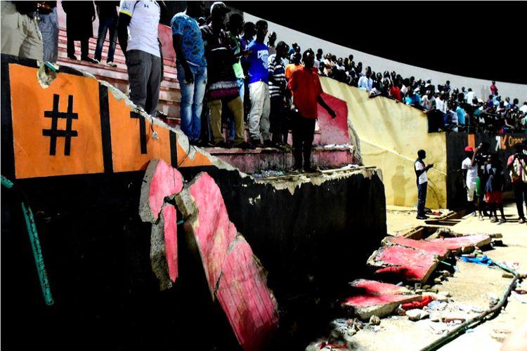 Tembok Stadion Demba Diop, Dakar, Senegal, roboh akibat kerusuhan yang melibatkan suporter Stade de Mbour dan Union Sportive pada partai Piala Liga Senegal, Sabtu (15/7/2017).