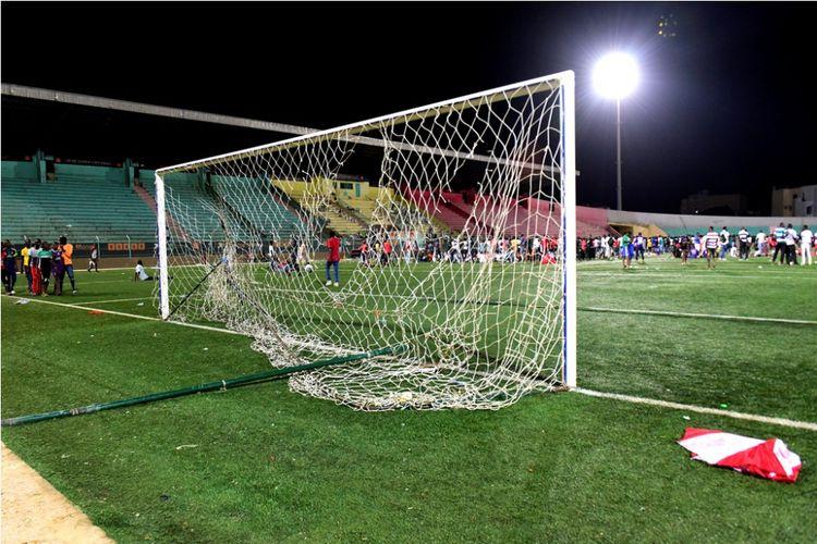Gawang di Stadion Demba Diop, Dakar, Senegal, rusak akibat kerusuhan yang melibatkan suporter Stade de Mbour dan Union Sportive pada partai Piala Liga Senegal, Sabtu (15/7/2017).