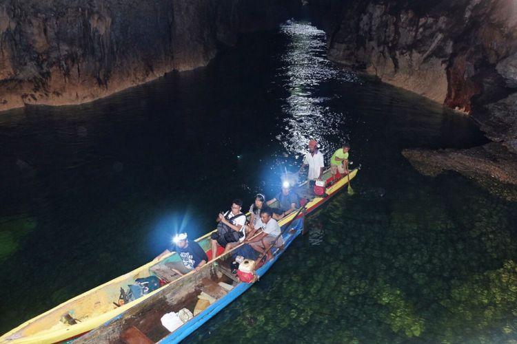 Tim Terios 7-Wonders berada di dalam Gua Boki Moruru, Sagea, Halmahera, Maluku, setelah melalui Sungai Segayen.
