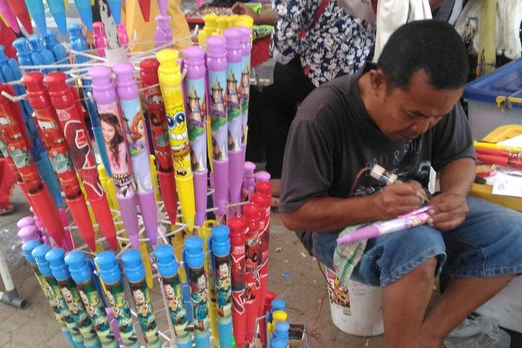 Pedagang pulpen sedang menulis grafir saat hari puncak peringatan Hari Keluarga Nasional 2017 di Bandar Lampung