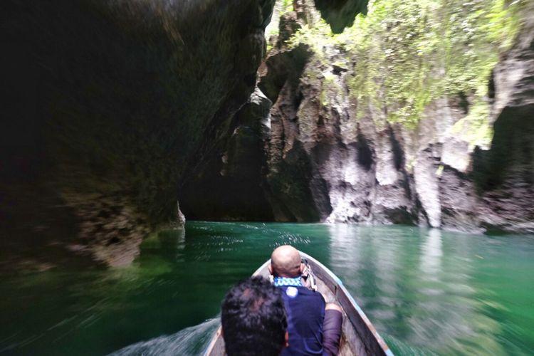 Tim Terios 7-Wonders melalui Sungai Segayen, Sagea, Halmahera, Maluku, menggunakan perahu menuju Gua Boki Moruru.