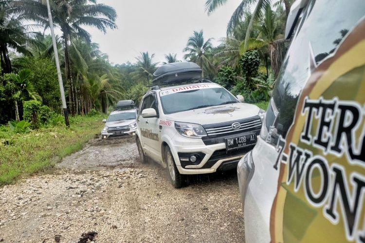 Tim Terios 7 Wonders 2017 mengendari SUV mereka menuju Sagea, Halmahera, Maluku. Jalan yang kurang mulus ditempuh lebih kurang 59 km untuk mencapai Desa Sagea dan menuju sungai bening Sagayen yang bemuara di Gua Boki Moruru.