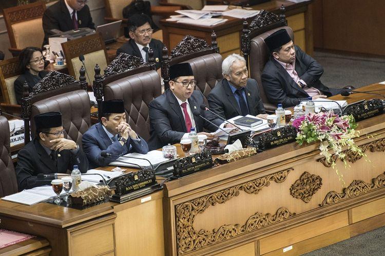 Ketua DPR Setya Novanto (kedua kiri) didampingi Wakil Ketua DPR Fadli Zon (tengah), Agus Hermanto (kedua kanan), Taufik Kurniawan (kiri) dan Fahri Hamzah (kanan) memimpin rapat sidang Paripurna DPR ke-32 masa persidangan V tahun sidang 2016-2017 di Kompleks Parlemen Senayan, Jakarta, Kamis (20/7/2017). Hasil musyawarah pimpinan DPR dengan pimpinan Fraksi disetujui 573 pasal pemilu dan voting untuk dua opsi paket A atau B.