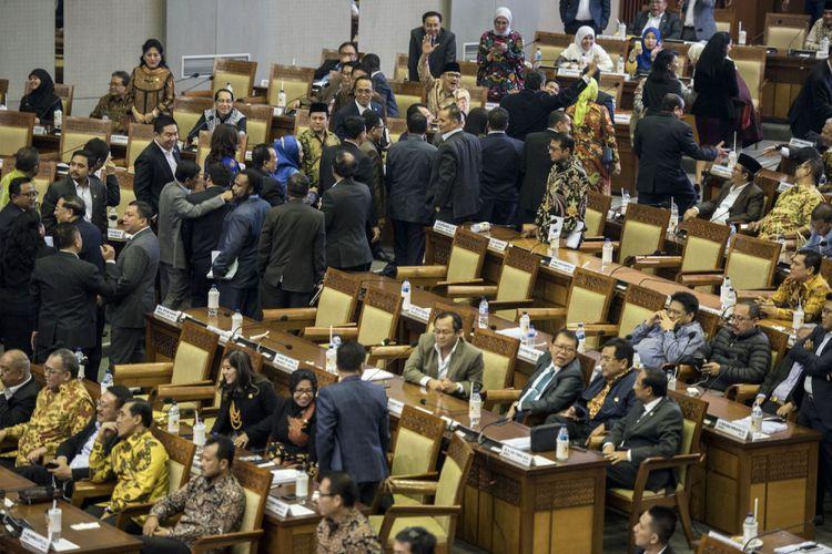 Ratusan anggota DPR dari empat fraksi yakni F- Gerindra, F-PAN, F-PKS dan F-Demokrat meninggalkan ruang sidang sebelum pengesahan RUU Pemilu pada sidang Paripurna DPR ke-32 masa persidangan V tahun sidang 2016-2017 di Kompleks Parlemen Senayan, Jakarta, Jumat (21/7/2017) dini hari. DPR mengesahkan RUU Pemilu menjadi undang-undang setelah melalui mekanisme dan memilih opsi A, yaitu Presidential Threshold sebesar 20 persen kursi DPR atau 25 persen suara nasional.