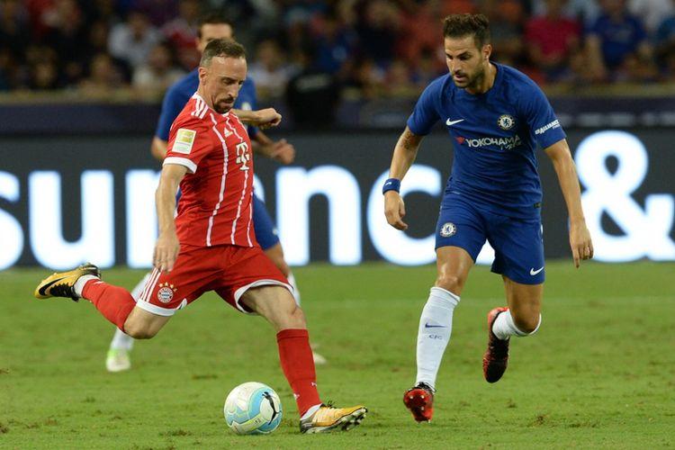 Pemain sayap Bayern Muenchen, Franck Ribery, melindungi bola dari gelandang Chelsea, Cesc Fabregas, saat kedua tim bertemu pada partai International Champions Cup (ICC) 2017 di Stadion Nasional Singapura, 25 Juli 2017.