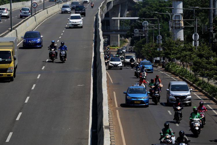 Pengendara sepeda motor menerobos ke jalan layang non tol (JLNT) Kampung Melayu-Tanah Abang, Jakarta Selatan, Rabu (26/7/2017). Pengendara motor masih nekat memasuki dan melintasi JLNT tersebut baik dari arah Tanah Abang maupun Kampung Melayu.
