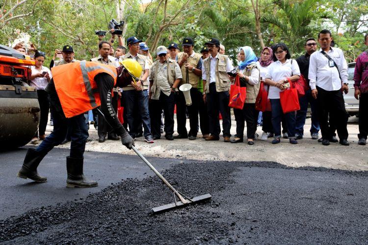 Kementerian Pekerjaan Umum dan Perumahan Rakyat (PUPR) melakukan uji coba pembangunan jalan aspal dengan campuran limbah plastik, sepanjang 700 meter di Universitas Udayana, Bali, Sabtu (29/7/2017).