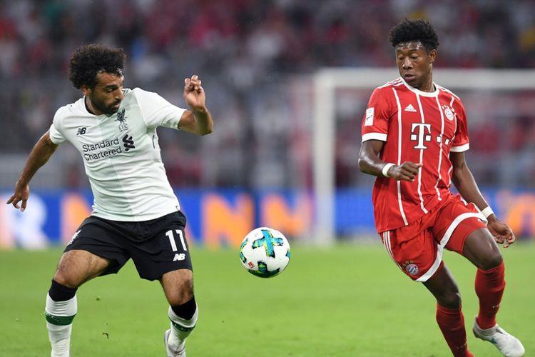 Mohamed Salah (kiri) berduel dengan David Alaba saat Liverpool melawan Bayern Muenchen pada partai Audi Cup di Allianz Arena, 1 Agustus 2017.