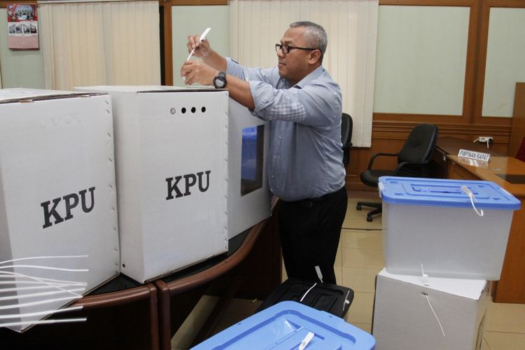 Ketua KPU Arief Budiman (kanan) menunjukkan kepada wartawan contoh alternatif bentuk kotak suara transparan terbuat dari kertas karton dan boks plastik yang akan digunakan dalam Pilkada serentak 2018 dan Pemilu 2019, di Gedung KPU, Jakarta, Senin (7/8/2017). KPU akan berkonsultasi dengan DPR dan Pemerintah terkait rencana pengunaan kotak suara transparan yang akan menggantikan kotak suara yang rusak. ANTARA FOTO/ Reno Esnir/aww/17.