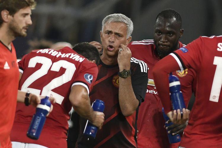 Manajer Manchester United, Jose Mourinho, memberikan instruksi kepada para pemain saat melawan Real Madrid dalam pertandingan Piala Super Eropa di Philip II Arena, Skopje, Selasa (8/8/2017).
