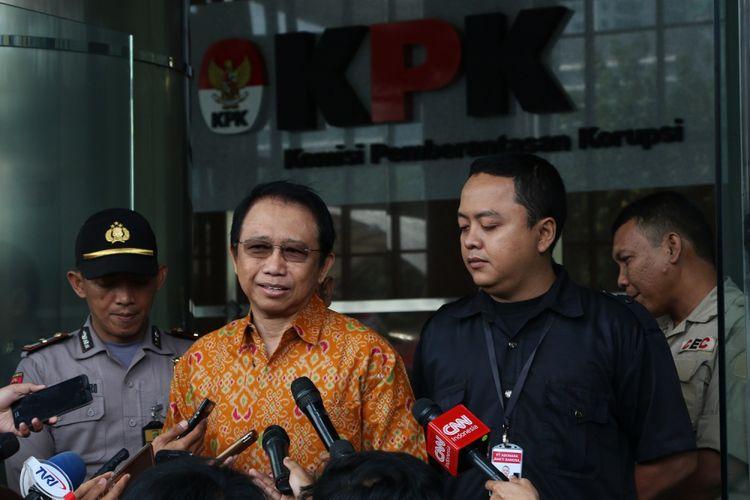 Mantan Ketua DPR Marzuki Alie menjawab pertanyaan wartawan seusai menjalani pemeriksaan di gedung KPK, Jakarta, Rabu (9/8/2017). Marzuki Alie diperiksa KPK sebagai saksi terkait kasus tindak pidana korupsi KTP elektronik. ANTARA FOTO/Syailendra Hafiz/kye/17.