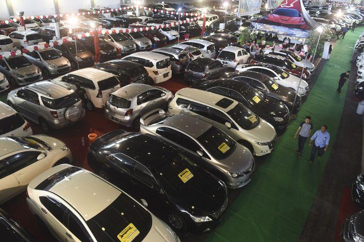 Pengunjung mengamati mobil bekas yang dipamerkan pada ajang Bazaar Mobil Bekas di JX International Convention Hall, Surabaya, Jawa Timur, Rabu (9/8/2017). Bazar yang diikuti puluhan showroom mobil bekas di Surabaya dan Sidoarjo tersebut diharapkan dapat meningkatkan daya beli dan memenuhi kebutuhan masyarakat untuk memiliki mobil. ANTARA FOTO/Zabur Karuru/kye/17 *** Local Caption ***