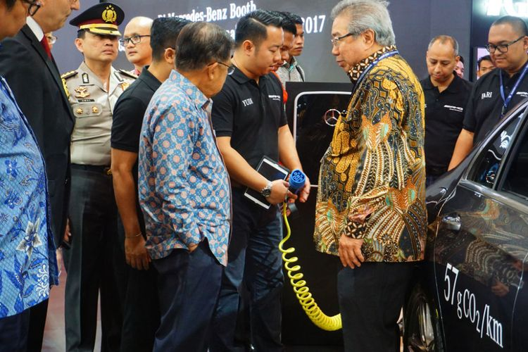 Wakil PResiden Republik Indonesia, H.M Jusuf Kalla mengunjungi booth Mercedes- Benz  di GIIAS 2017