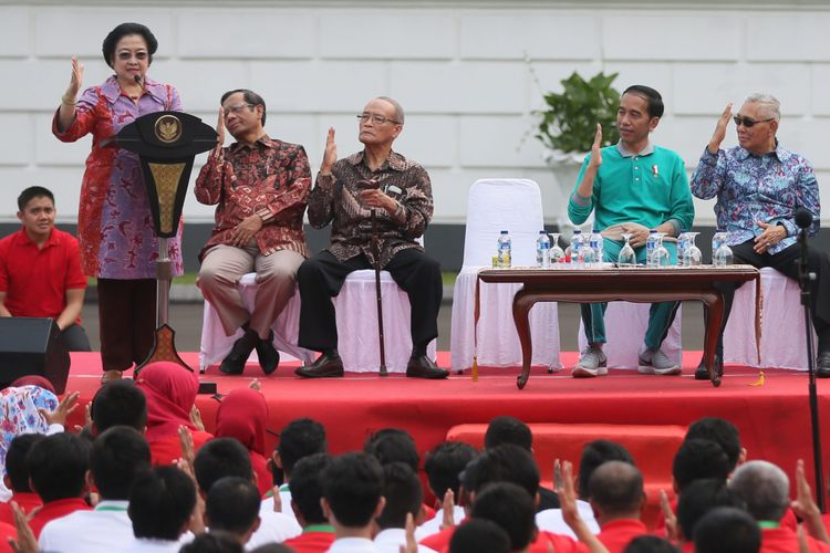 Ketua Dewan Pengarah UKP-PIP Megawati Soekarnoputri memperagakan salam Pancasila ala proklamator Bung Karno di depan 500an mahasiswa peserta penguatan pendidikan Pancasila di halaman Istana Presiden Bogor, Jawa Barat, Sabtu (12/8/2017).