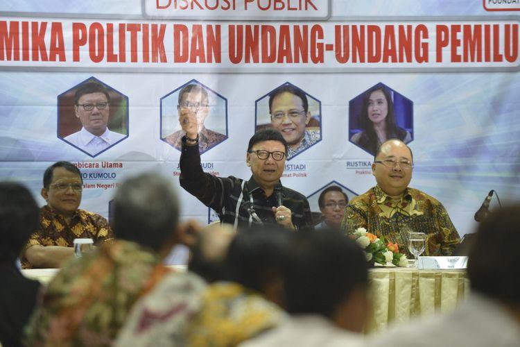 Mendagri Tjahjo Kumolo (tengah) bersama Pengamat Politik J Kristiadi (kiri) dan Pengamat Hukum Tata Negara Satya Arinanto menyampaikan pandangan ketika menjadi pembicara pada diskusi publik di Jakarta, Sabtu (12/8/2017). Diskusi yang diprakarsai oleh Galang Kemajuan Center tersebut mengangkat tema Dinamika Politik dan Undang-Undang Pemilu. ANTARA FOTO/Wahyu Putro A/pd/17